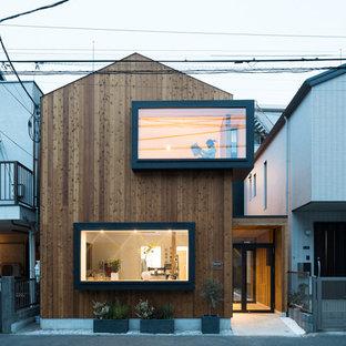 Modelo de fachada de casa marrón, minimalista, de dos plantas, con tejado de metal, revestimiento de madera y tejado a dos aguas