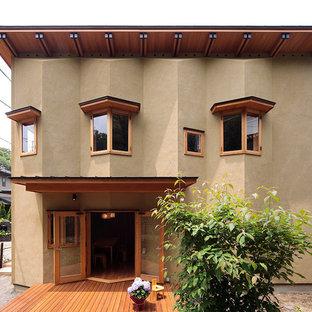 東京都下のコンテンポラリースタイルのおしゃれな家の外観 (茶色い外壁、陸屋根) の写真