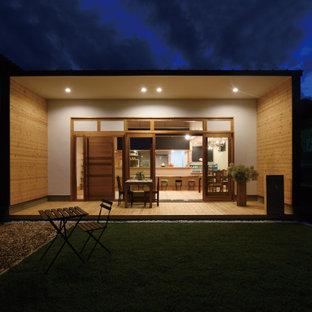 На фото: большой, двухэтажный, белый частный загородный дом в стиле лофт с комбинированной облицовкой, односкатной крышей, металлической крышей, синей крышей и отделкой планкеном