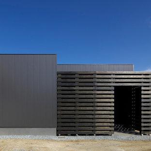 福岡のモダンスタイルのおしゃれな家の外観 (木材サイディング、黒い外壁) の写真