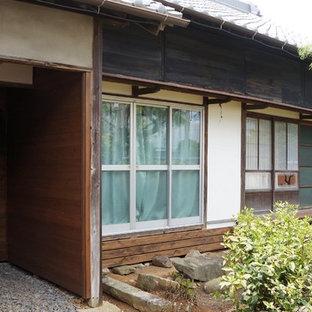 名古屋の和風のおしゃれな家の外観 (木材サイディング、茶色い外壁、切妻屋根、戸建、瓦屋根) の写真