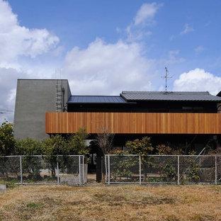 京都のコンテンポラリースタイルのおしゃれな家の外観 (グレーの外壁、混合材屋根) の写真