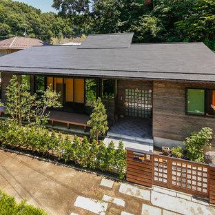 他の地域の中くらいのコンテンポラリースタイルのおしゃれな家の外観 (木材サイディング、茶色い外壁) の写真