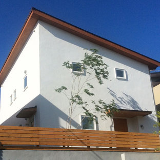 White two-story house exterior photo in Kobe with a shed roof