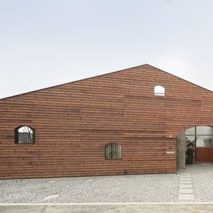 他の地域のコンテンポラリースタイルのおしゃれな家の外観 (木材サイディング、茶色い外壁、切妻屋根) の写真