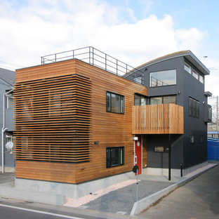 東京23区の北欧スタイルのおしゃれな家の外観 (マルチカラーの外壁) の写真