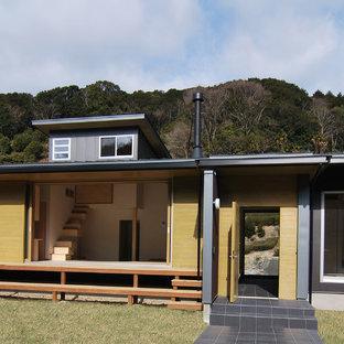 他の地域の中くらいの和風のおしゃれな家の外観 (メタルサイディング、黒い外壁) の写真