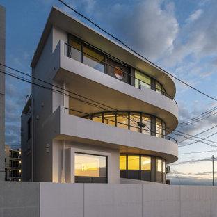 横浜の中くらいの地中海スタイルのおしゃれな家の外観 (ピンクの外壁) の写真