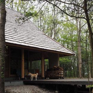 Foto de fachada beige, de estilo zen, pequeña, de dos plantas, con revestimiento de estuco y tejado de teja de madera
