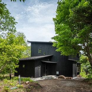 他の地域の北欧スタイルのおしゃれな家の外観 (木材サイディング、黒い外壁、片流れ屋根) の写真
