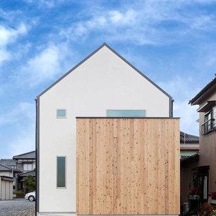 他の地域の小さいモダンスタイルのおしゃれな家の外観 (木材サイディング、ベージュの外壁) の写真