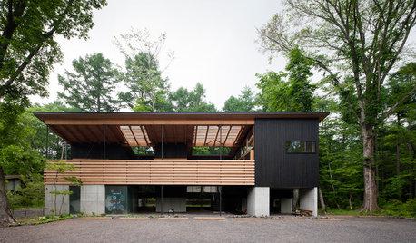 軽井沢の森に浮かぶ高床の家。3つの中庭の間を回遊する豊かな暮らし