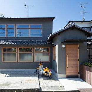 他の地域の中くらいの和風のおしゃれな家の外観 (漆喰サイディング、混合材屋根) の写真
