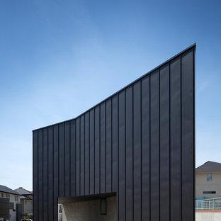 大阪の中くらいのモダンスタイルのおしゃれな家の外観 (メタルサイディング、黒い外壁) の写真