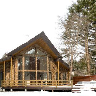 他の地域のコンテンポラリースタイルのおしゃれな切妻屋根の家 (レンガサイディング、茶色い外壁) の写真