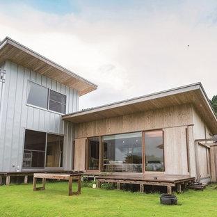 他の地域の北欧スタイルのおしゃれな家の外観 (木材サイディング、ベージュの外壁、片流れ屋根、戸建、金属屋根) の写真