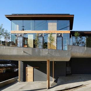 他の地域のコンテンポラリースタイルのおしゃれな陸屋根 (ガラスサイディング、マルチカラーの外壁) の写真