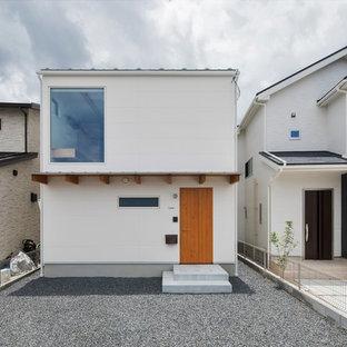 他の地域の小さいモダンスタイルのおしゃれな家の外観 (コンクリート繊維板サイディング) の写真