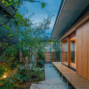 Inspiration för mellanstora moderna bruna hus, med allt i ett plan, stuckatur, pulpettak och tak i metall