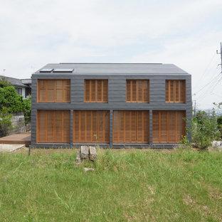 東京都下のコンテンポラリースタイルのおしゃれな二階建ての家 (グレーの外壁) の写真