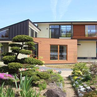 他の地域の和風のおしゃれな家の外観 (木材サイディング、マルチカラーの外壁) の写真