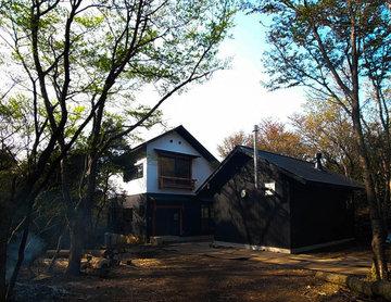 風景や自然をゆっくり感じる 直径2尺の欅丸太柱と小屋組のある別荘 HOUSE-HS