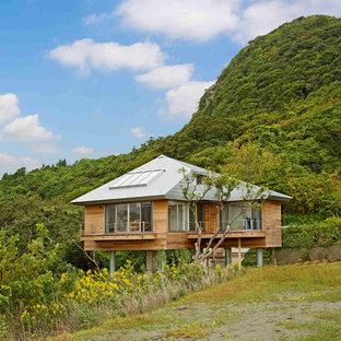 他の地域の北欧スタイルのおしゃれな家の外観 (木材サイディング) の写真
