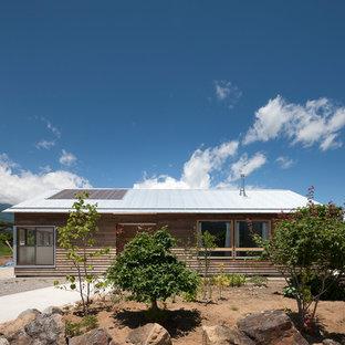 他の地域のカントリー風おしゃれな平屋 (木材サイディング、グレーの外壁、切妻屋根、戸建、金属屋根) の写真