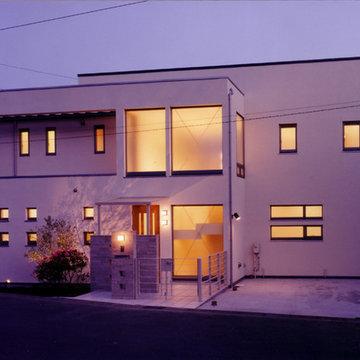 高台に建つ白壁のリゾート風住宅