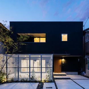 Foto della facciata di una casa nera etnica a due piani con tetto piano