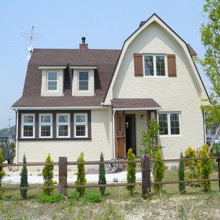 他の地域のカントリー風おしゃれな家の外観 (ベージュの外壁) の写真