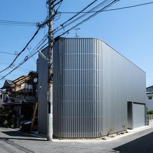 大阪の中くらいのモダンスタイルのおしゃれな家の外観 (メタルサイディング、グレーの外壁) の写真