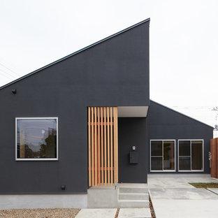 東京都下の和風のおしゃれな家の外観 (黒い外壁、片流れ屋根) の写真