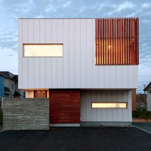 他の地域のコンテンポラリースタイルのおしゃれな家の外観 (混合材サイディング、マルチカラーの外壁) の写真