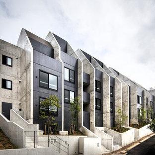 モダンスタイルのおしゃれな家の外観 (コンクリートサイディング、グレーの外壁、アパート・マンション) の写真