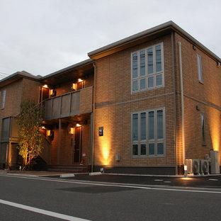 Modelo de fachada de piso naranja, minimalista, de tamaño medio, de dos plantas, con tejado plano y tejado de metal