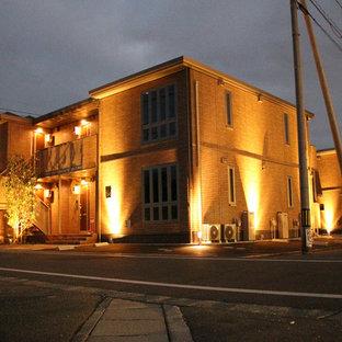 Modelo de fachada de piso naranja, moderna, de tamaño medio, de dos plantas, con tejado plano y tejado de metal