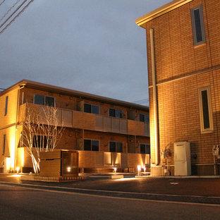 Imagen de fachada de piso naranja, minimalista, de tamaño medio, de dos plantas, con tejado plano y tejado de metal