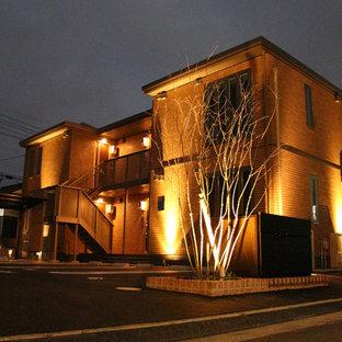 Ejemplo de fachada de piso naranja, minimalista, de tamaño medio, de dos plantas, con tejado plano y tejado de metal