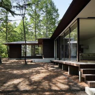 Modelo de fachada marrón, asiática, a niveles, con revestimiento de madera, tejado a cuatro aguas y tejado de metal