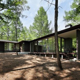 他の地域のモダンスタイルのおしゃれな家の外観 (木材サイディング、茶色い外壁) の写真