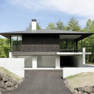 他の地域のコンテンポラリースタイルのおしゃれな家の外観 (木材サイディング、黒い外壁) の写真