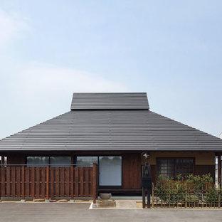 大阪の小さい和風のおしゃれな家の外観 (漆喰サイディング) の写真