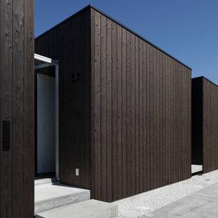 他の地域のコンテンポラリースタイルの平屋の外観の画像 (木材サイディング、茶色い外壁、陸屋根)