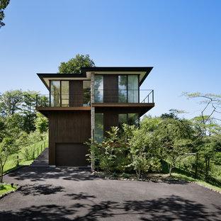 他の地域のモダンスタイルのおしゃれな寄棟屋根の家 (茶色い外壁) の写真