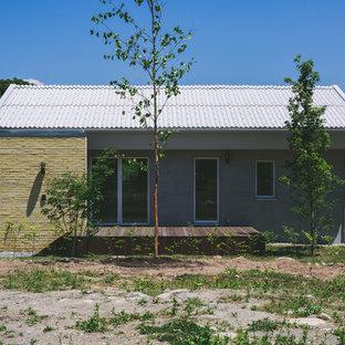 他の地域の小さい北欧スタイルのおしゃれな家の外観 (レンガサイディング) の写真