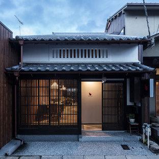 Ejemplo de fachada de casa blanca, de estilo zen, pequeña, de una planta, con revestimiento de estuco, tejado a dos aguas y tejado de teja de barro