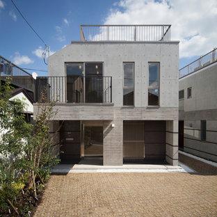東京23区のコンテンポラリースタイルのおしゃれな二階建ての家 (グレーの外壁、陸屋根、戸建) の写真
