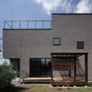 他の地域のコンテンポラリースタイルのおしゃれな家の外観 (グレーの外壁、陸屋根) の写真