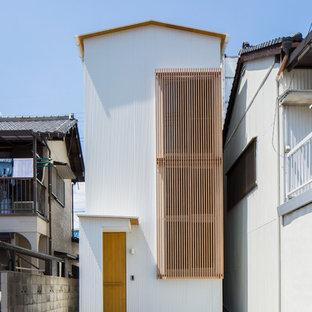 Foto de fachada de casa blanca, de estilo zen, pequeña, a niveles, con revestimiento de metal, tejado a dos aguas y tejado de metal
